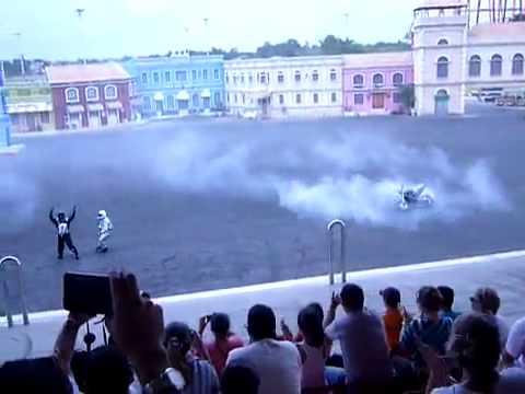 Enorme crash à moto en live pendant le spectacle Dysney !