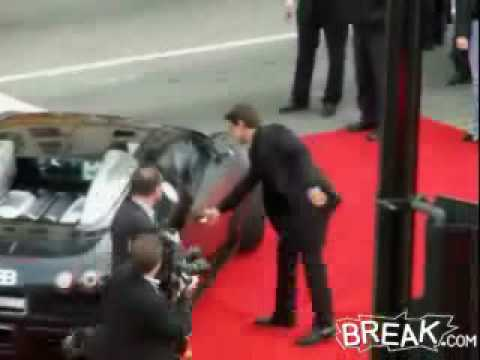 tom-cruise-cannot-open-the-door-of-his-bugatti-veyron-ar8283