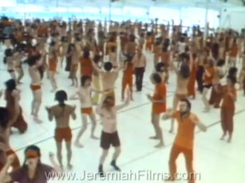 Guru uses mind control to brainwash large crowd - RARE FOOTAGE !