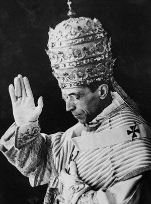 Dat Pius XII nazi;s kon laten verdwijnen zonder hulp van Hans Klok, wordt door Benedictus als afdoende wonderlijk gezien.