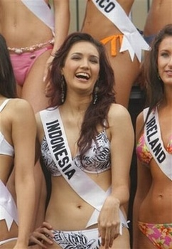 Miss Indonesia Universe 2006 Miss Universe 2006 Nadine Chandrawinata Indonesian Muslim Women Nadine In Bikini