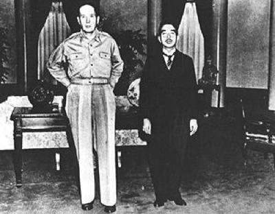 300Px-Macarthur Hirohito
