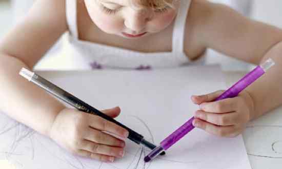 An-Ambidextrous-Girl-Draw-001