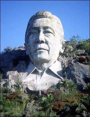 Ferdinand-Marcos-Statue-Wide-Shot