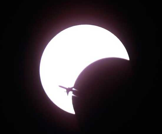 Airplane-Solar-Eclipse-Annular-Ring 11934 600X450