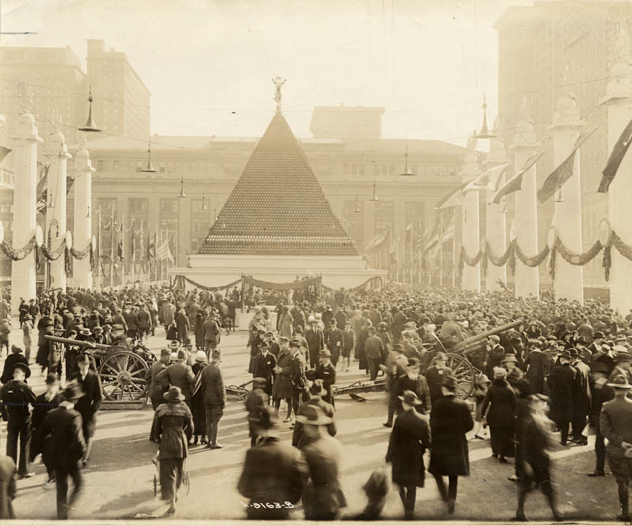 Pyramid-Of-German-Helmets-Near-Grand-Central-Terminal-New-York-1918