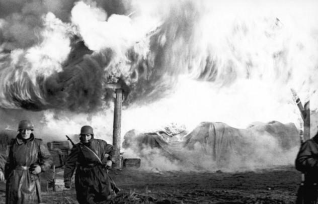 Russland, Soldaten vor brennendem Gebäude