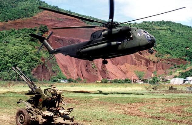 800px-CH-53D_HMM-261_Grenada_Okt1983