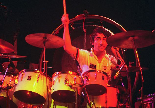 7_1024px-Keith_Moon_4_-_The_Who_-_1975