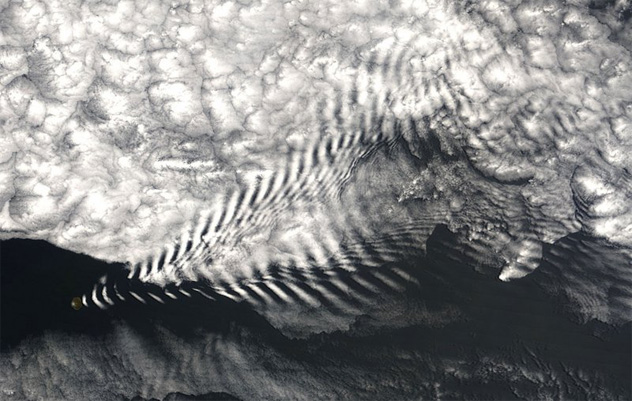 island cloud waves