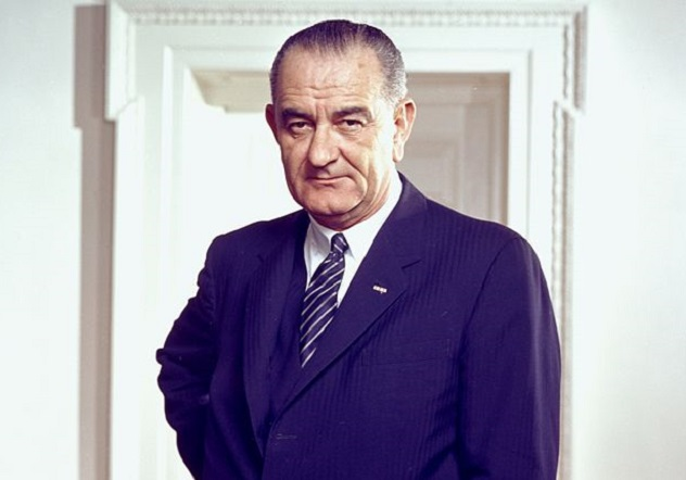 Lyndon_B._Johnson,_photo_portrait,_leaning_on_chair,_color