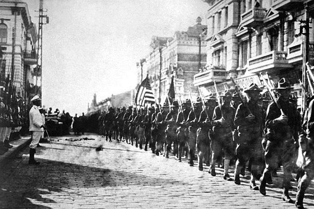 800px-American_troops_in_Vladivostok_1918_HD-SN-99-02013