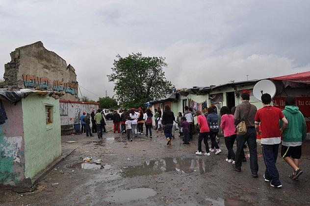 Spain_Los_estudiantes_del_IES_Los_Batanes_Canada_Real_Galiana_slum_May_2011