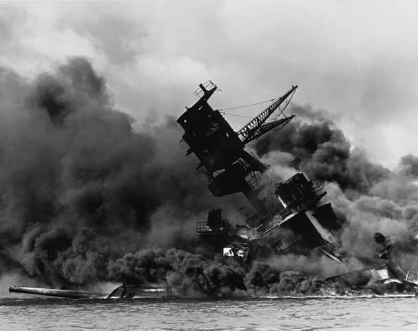607px-The_USS_Arizona_(BB-39)_burning_after_the_Japanese_attack_on_Pearl_Harbor_-_NARA_195617_-_Edit