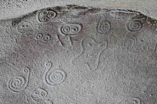 640px-Taino_petroglyphs,_Puerto_Porico_—_Geoff_Gallice_001