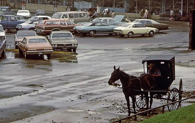 Amischer_Kutscher_auf_einem_Supermarkt-Parkplatz_06-1973