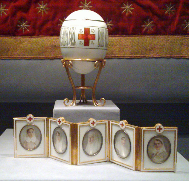 804px-Red_Cross_with_Imperial_Portraits_(Fabergé_egg)