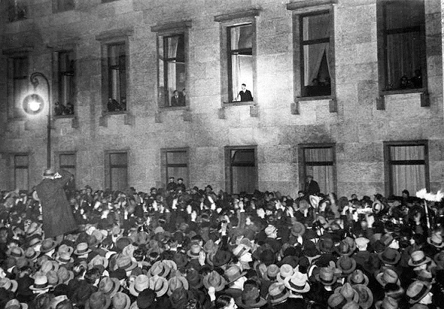 30. Januar 1933 Hitler am Fenster der Reichskanzlei in der Wilhelmstra?e in Berlin bei der Entgegennahme der Ovationen der Bevˆlkerung am Abend des Tages. (Aufnahme: Robert Sennecke, Berlin)