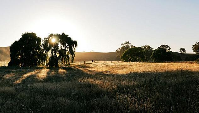 1280px-Dawn_at_swifts_creek_panorama