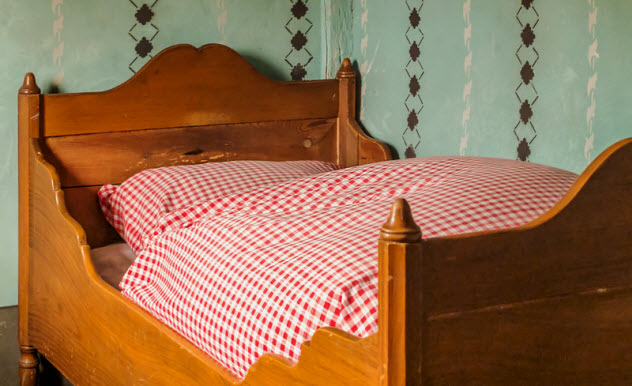 5-old-fashioned-bed_44238800_SMALL