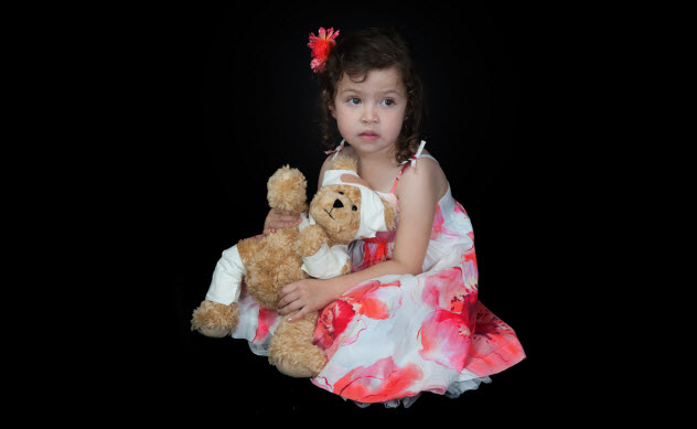 5a-girl-with-injured-teddy-bear_16849289_SMALL