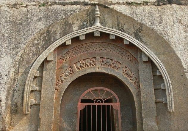 pintu masuk gua barabar