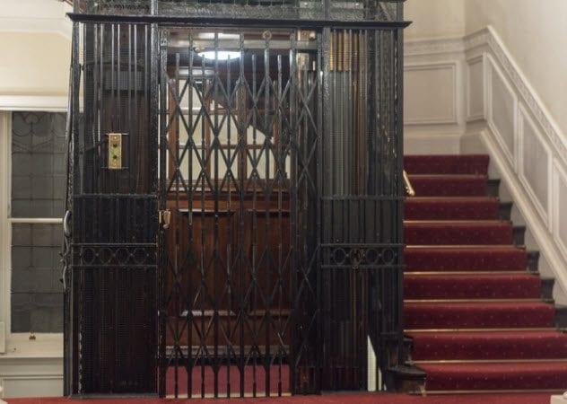 7a-vintage-elevator-498282506