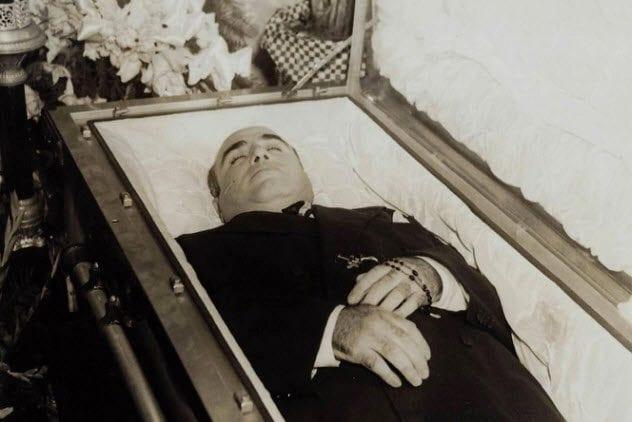 2a-al-capone-in-casket