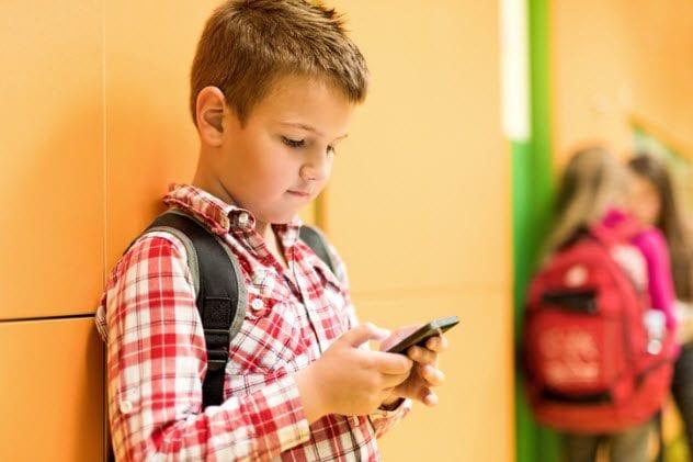 2a-boy-texting-475455218